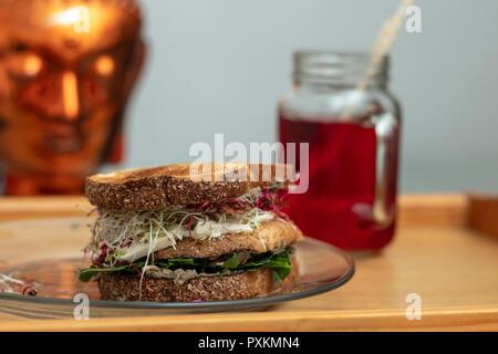 Braun geröstetem Brot, Tofu und sortierten rohes Gemüse ein köstliches schnellen Snack für zwischendurch. Kalte Hibiskus Tee defokussierten hinter sich. - Stockfoto