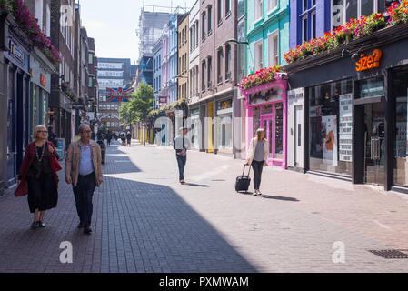 London, England, UK-Juni 2018: Touristen und Menschen zu Fuß und Einkaufen in der Carnaby Street, London, UK - Stockfoto