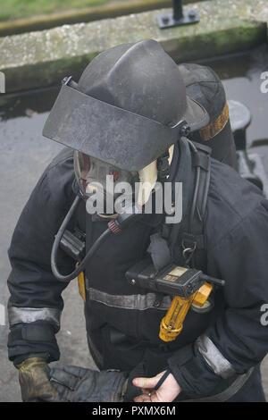 Fire Fighter Atemschutzgerät tragen - Stockfoto