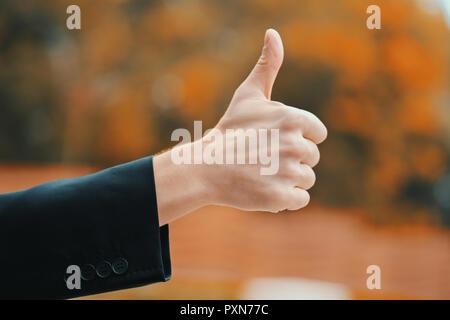 Sieger. Erfolg. Der Menschen Hand in Business Kleidung gibt, Daumen nach oben. Kerl, die Geste der Zustimmung. - Stockfoto
