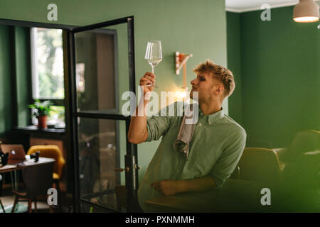 Junge Unternehmer prüfen Wein Glas in seinem Restaurant - Stockfoto