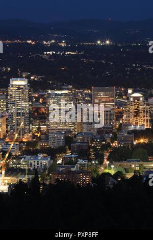 Eine vertikale Antenne Nacht Blick in Portland, Oregon - Stockfoto