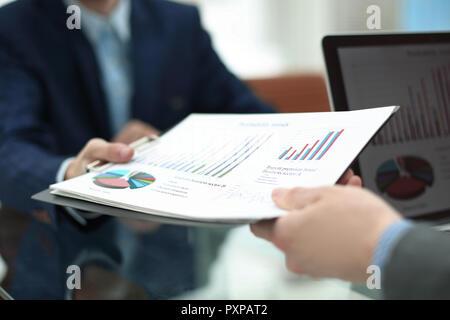 Bis zu schließen. Der Manager gibt dem die finanziellen Finanzbericht - Stockfoto