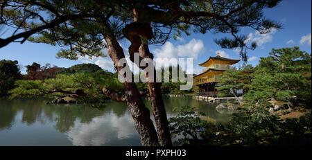 Tempel des Goldenen Pavillon in einem Panoramablick in die Natur Landschaft eines japanischen Teich Zen Garten. Rokuon-ji oder Kinkaku-ji, Kyoto, Japan 2017. - Stockfoto