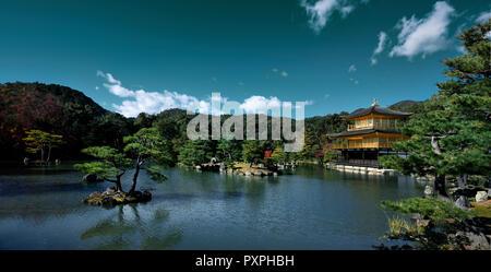 Rokuon-ji oder Kinkaku-ji, Tempel des Goldenen Pavillon, in einem wunderschönen Panoramablick Herbst Landschaft eines japanischen Teich Zen Garten. Kyoto, Japan. - Stockfoto
