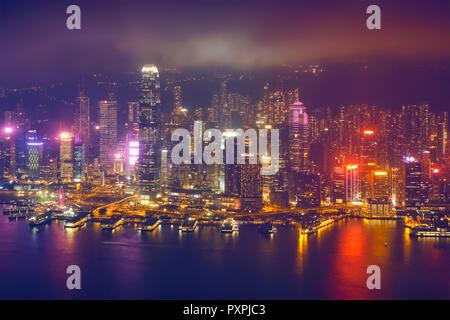 Luftaufnahme der beleuchteten Skyline von Hongkong. Hongkong, China - Stockfoto