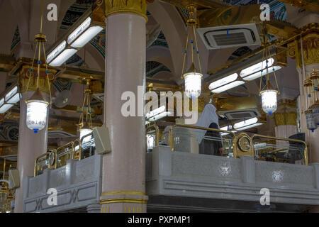 MEDINA, Saudi-arabien - ca. 2014: ein muazzin (Aufruf zum Gebet) in Masjid Al Nabawi in Al Madinah, Königreich Saudi-Arabien, - Stockfoto