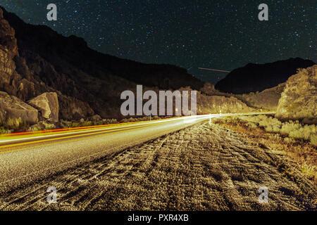 Sternenhimmel auf einer verlassenen Wüste Straße - Stockfoto