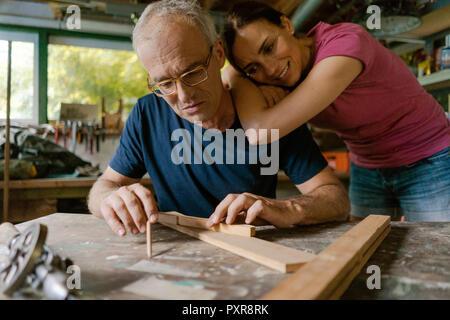 Reife Frau, Mann bei der Arbeit in der Werkstatt - Stockfoto