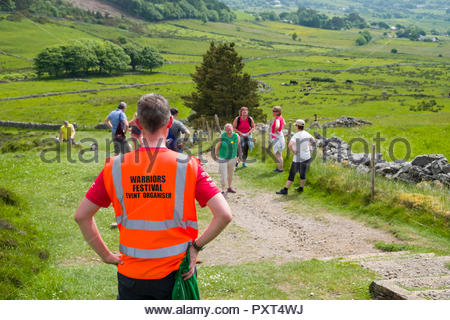 Zurück der Mann mit hoher Sichtbarkeit Weste auf dem Knocknarea Trail, County Sligo, Connacht, Irland - Stockfoto