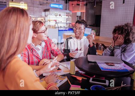 Positiv erfreut Asian Boy demonstriert seine Wahl - Stockfoto