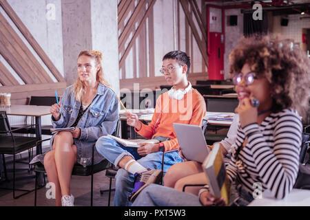 Positiv begeistert Schüler hören zu interessanten Vortrag - Stockfoto