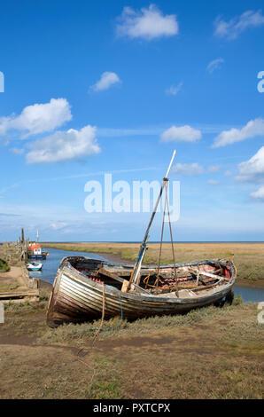 Boote auf Mündung an Thornham alter Hafen, Thornham, Norfolk, England - Stockfoto