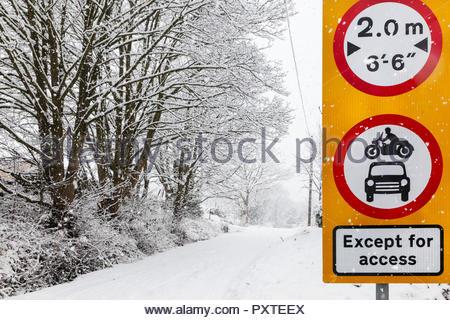 Kein Motor Fahrzeug Breite Beschränkung ausgenommen - Großbritannien Verkehrszeichen Besetzung Lane Keighley West Yorkshire England Großbritannien - Stockfoto