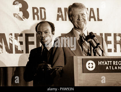 Präsident Jimmy Carter in einem Atlanta Bürgerrechte Konferenz 1977 mit John Lewis, ein ehemaliger Top Leutnant an Dr. Martin Luther King, Jr., die später an den US-Kongress gewählt werden würde. John Robert Lewis - geboren am 21. Februar 1940 - ist ein US-amerikanischer Politiker und bürgerlichen Rechte Führer. Er ist der US-Vertreter Georgiens 5. Kongreßbezirk, seit 1987, und ist der Dekan der Georgia Kongreßdelegation. Der Bezirk umfasst die nördlichen drei Viertel von Atlanta. Lewis ist der einzige lebende 'Big Six' Führer der amerikanischen Bürgerrechtsbewegung in den Stuhl. - Stockfoto