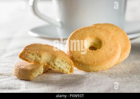 Süße buttrige Kekse am Küchentisch. - Stockfoto