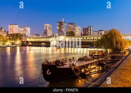 Frankreich, Paris, Pont de Bir-Hakeim, Seine, modernen Hochhäusern an der blauen Stunde - Stockfoto