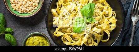 Tagliatelle mit Pesto und Parmesan. - Stockfoto