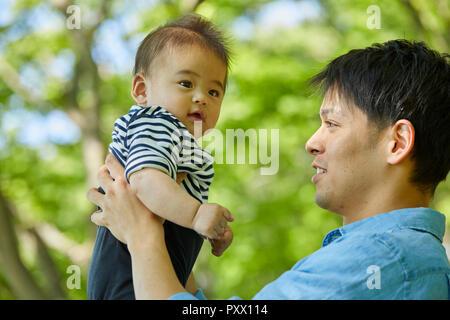 Japanische Vater und Sohn im Park - Stockfoto
