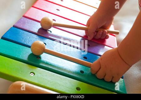 Baby spielt Bunte Spielzeug Xylophon - Stockfoto