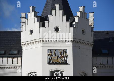 24 Oktober 2018, Mecklenburg-Vorpommern, schlemmin: 24. Oktober 2018, Deutschland, Schlemmin: Eine doppelte Wappen ist auf einem Turm der Burg Hotel in Schlemmin. Schlemmin Schloss ist am 25. Oktober 2018 im Namen der Stralsund Amtsgericht versteigert werden. Die Burg wurde in der Mitte des 19. Jahrhunderts im Tudor Stil nach Entwürfen des Architekten Eduard Knoblauch (Berlin) als Wasserburg und hat als Castle Hotel seit 2002 betrieben wurde. Es verfügt über 36 Zimmer und ein Restaurant. Hotel Operationen sind derzeit im Gange. Im August 1853 König Friedrich Wilhelm IV. von Preußen, - Stockfoto