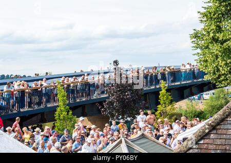 Blues Festival, Upton Bei Severn, UK 21.07.18. Eine Masse auf einer Brücke mit Blick auf die Blues Festival, Ellrich bei Nordhausen, Thüringen - Stockfoto