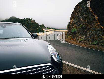 Auto close-up ist auf kurvigen Straßen im Nebel im Norden von Teneriffa. Kanarische Inseln, Spanien - Stockfoto