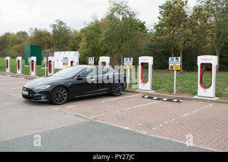 Autobahnraststätte laden für Tesla Elektroautos - Stockfoto