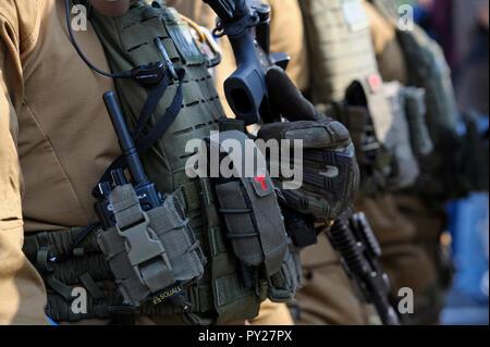 Teil der Ausrüstung der Soldaten von KORD (Polizei Strike Force, Ukrainische SWAT): Assault Rifle, Bulletproof, Radio. September 5, 2018. Kiew, Ukraine - Stockfoto