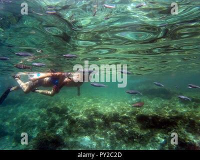 Frau und Mann Schnorcheln im Meer, Malta - Stockfoto