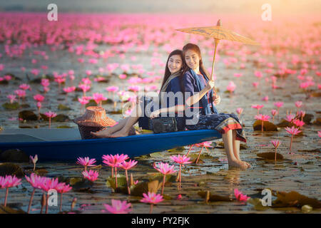 Zwei Frauen sitzen auf einem Boot in einem Lotus Lake, Thailand - Stockfoto