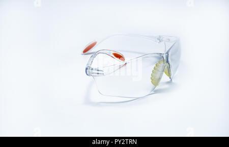 Kunststoff Schutzbrille auf weißem Hintergrund. Schutzbrillen für schützende Auge der Arbeiter auf der Baustelle oder im Werk. Sicherheit und Security Tool Stockfoto