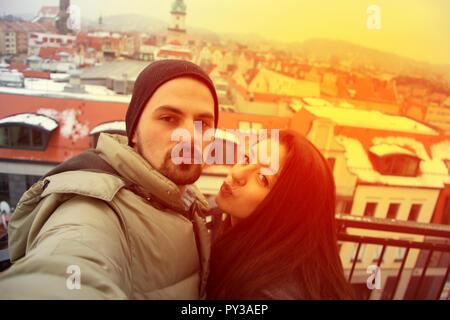 Paar unter selfie im Winter mit Stadt Panorama. In Deutschland glücklich - Stockfoto