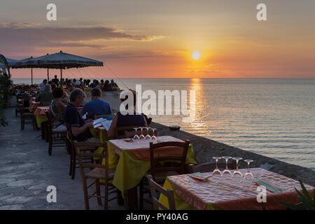 Italien, Apulien, Gallipoli, Leute im Restaurant - Stockfoto