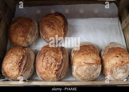 Brote in einem Korb. frashly gebacken und auf dem Display - Stockfoto
