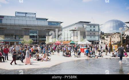 Leute gehen herum Essensstände in Millennium Square während der Verbindungen Festival, Bristol. - Stockfoto