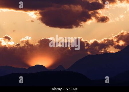 Sun Peaks von hinter den Wolken über Crowsnest Berg und Sieben Schwestern Berg - Stockfoto