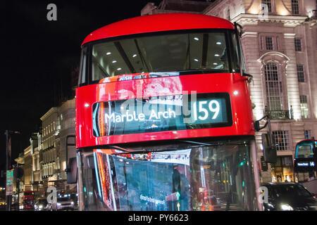 Die neue TFL Routmaster oder neuen Bus (Boris) Busse für London am Piccadilly Circus, London, UK - Stockfoto