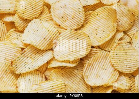 Kartoffelchips Wellpappe Hintergrund Top View, close-up. - Stockfoto