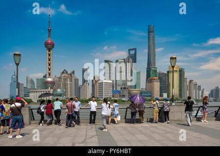 Menschen und Touristen am Bund in Shanghai, China, Asien mit der Skyline von Pudong im Hintergrund - Stockfoto