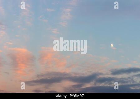 Sonnenuntergang Himmel mit lila und Dunkelblaue Wolken und Mond - Stockfoto