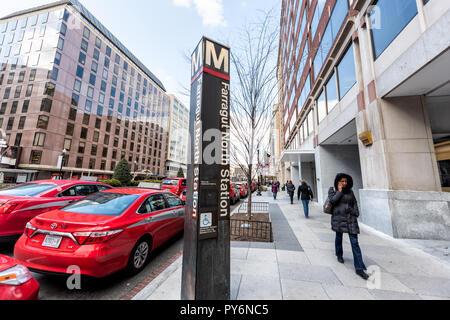 Washington DC, USA - 9. März 2018: Farragut North U-Bahn U-Bahnhof anmelden Hauptstadt mit vielen roten bunten lebendigen cabs Straße Verkehr Autos t - Stockfoto