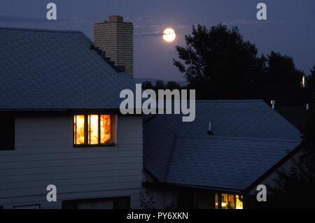 Mondaufgang über vorstadtnachbarschaft in Montana, USA - Stockfoto