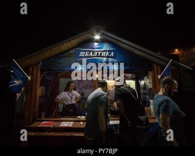 Belgrad, SERBIEN - 18. AUGUST 2018: Baltika Logo auf einem Sommer bar. Baltika ist ein Pils, Export, in Russland gebraut, und eines der Symbole des R - Stockfoto