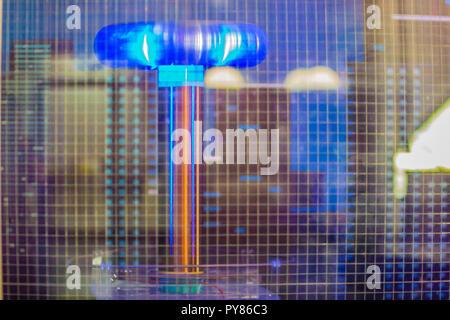 Die Tesla Coil Blitz zeigt, eine elektrische Resonanz des Transformators und verwendet, Hochspannungs-, Niederspannungs-, hochfrequenter Wechselstrom erzeugen - c - Stockfoto