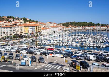 Sportboote in Marina/Yachthafen in Collioure, mediterranen Fischerhafen entlang der Côte Vermeille, Pyrénées-Orientales, Frankreich - Stockfoto