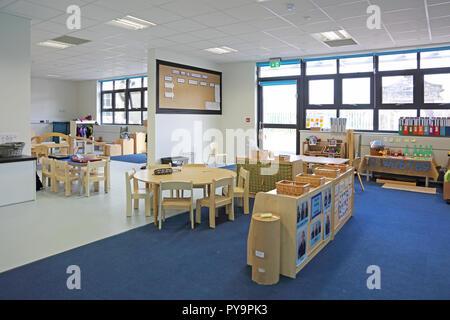 83637f1c116d14 Einrichtung einer Baumschule Klassenzimmer in einem neuen London Grundschule.  Zeigt natürliche Holz Möbel. -