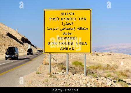 Ein Verkehrsschild mit einer Warnung der Spüle, Löcher in der Nähe der Ufer des Toten in der Wüste Negev in der Nähe von En-gedi (Israel), 27. September 2018. | Verwendung weltweit - Stockfoto