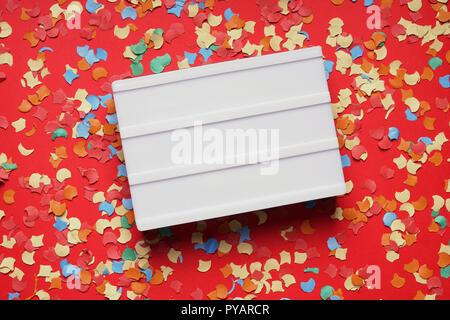 Leere lightbox Zeichen auf rotem Papier Hintergrund mit Konfetti, Party Feier Konzept Wohnung mit Kopie Raum legen - Stockfoto