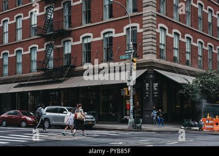New York, USA - 31. Mai 2018: Überqueren von W Broadway, eine Nord-Süd-Straße im New Yorker Stadtteil Manhattan, in zwei Teile getrennt durch - Stockfoto